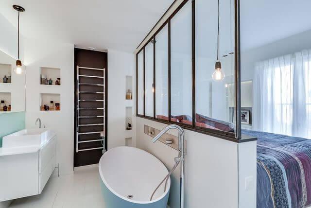 Une salle de bain ouverte sur la chambre